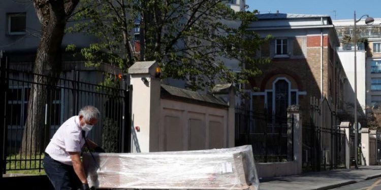 France : «On livre des cercueils non-stop», dans une maison de retraite