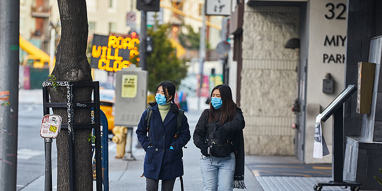 Des piétons à Los Angeles durant la crise sanitaire du coronavirus, le 26 mars dernier. Illustration. (Shutterstock / StoopDown)