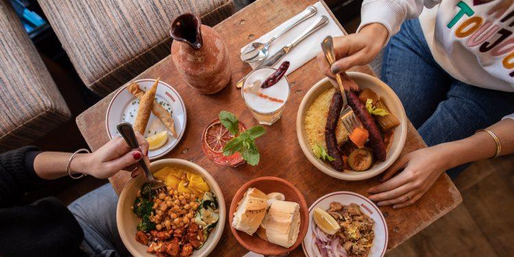 Un restaurant offre du couscous aux étudiants Tunisiens à Paris