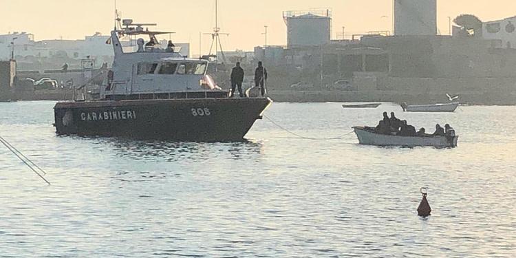 Une trentaine barques depuis la Tunisie envahissent l'île de Lampedusa