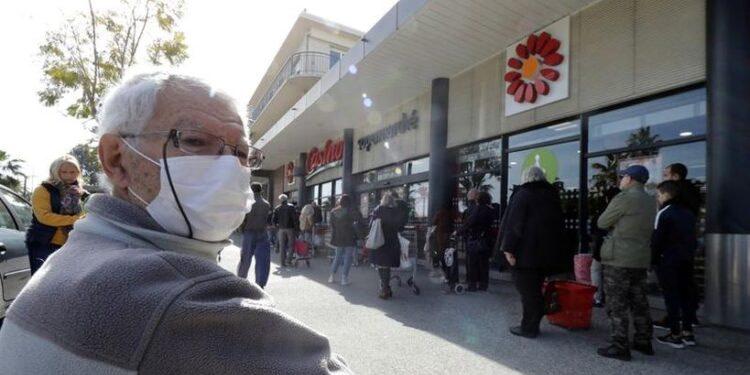 Plusieurs villes en France rendent le masque obligatoire dans la rue
